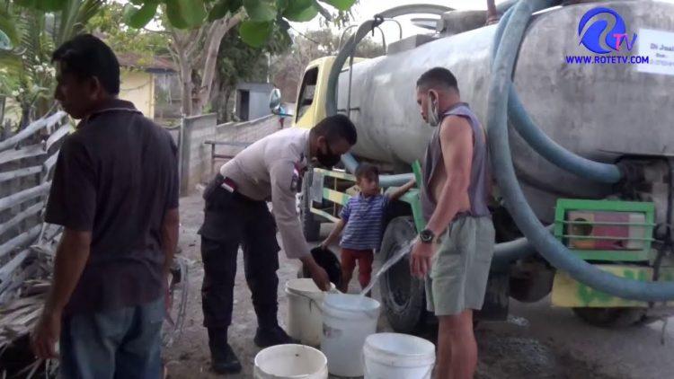 Musim Kemarau, Anggota Bhabinkamtibmas Polres Rote Ndao Beri Bantu Air Bersih Bagi Warga